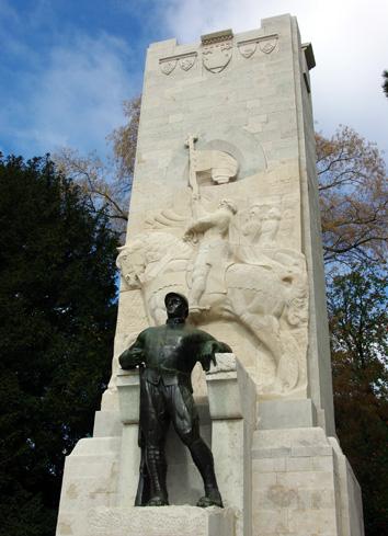 monumento simile a un pene
